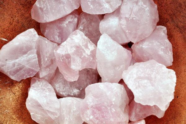 Rozenkwarts is bij uitstek de steen van het hart en de liefde. De steen werkt sterk in op het hart chakra en opent het hart om liefde te ontvangen en om liefde te geven. De steen trekt harmonieuze liefdes- en vriendschappelijke relaties aan en bevordert ook eigenliefde en zelfacceptatie. 500 gram