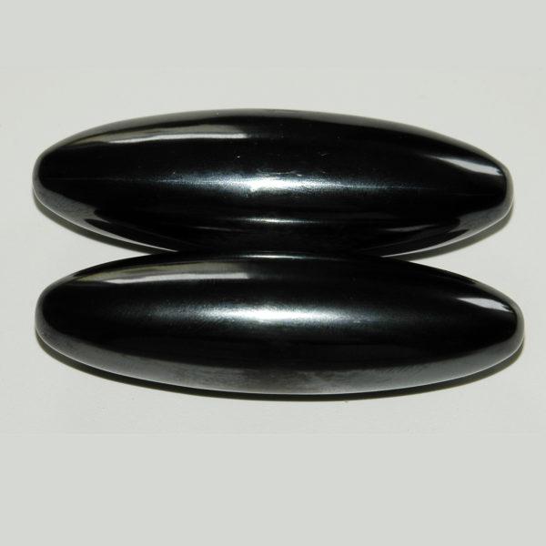 De therapeutische magneten bestaan uit Hematiet en Magnetiet. Deze bijzondere samenstelling heeft een extreem goede invloed op ons lichaam en ons energieveld. De set bestaat uit 2 magneten die u gewoon bij u kunt dragen, een in de linker broekzak of een in de rechter broekzak. Door de werking van de magneten verbetert de capaciteit van zuurstof opname en afvalstoffen worden makkelijker verwijderd in het bloed. De afvalstoffen verlaten het lichaam via de ontlasting en de urine. Het zelf-helend vermogen wordt hierdoor gestimuleerd. Het is dus van belang dat u voldoende water drinkt om deze afvalstoffen makkelijk af te kunnen voeren. Pijnlijke plekken kunt u met de set magneten zelf actief bewerken. Houdt 1 magneet boven de pijnlijke plek en draai met de andere magneet rondjes er boven. Afwisselend linksom en rechtsom. Hiermee wordt een krachtig magnetisch veld opgewekt. De bloedcirculatie wordt hierdoor bevordert en alle energieën worden hiermee in beweging gezet. Het gevolg is dat de pijn afneemt. Ideaal bij spierkrampen en hoofdpijn. Op deze wijze kunt u ook één voor één alle CHAKRA'S schoonmaken. Werk dan van onder naar boven. De magneten hebben hun effect bewezen bij: Verbeterde bloedcirculatie Anti-Stress Kalmerend Vermoeidheids syndroom Migraine Rugpijn Slecht slapen Hoofdpijn Depressies Verbeteren van het immuun systeem