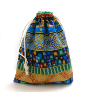 Geschenkzakje Tribal -Indien je een Shungite hanger of iets anders cadeau wenst te doen, dan is dit mooie linnen Tribal geschenkzakje prachtig om de hanger in te doen. Ook een leuk zakje om Shungite steentjes in te doen en bij je te dragen. De afmetingen van dit zakje zijn 10 cm x 12 cm.