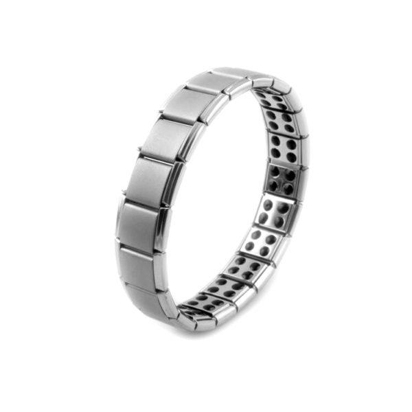 Deze magneet armband is zowel voor dames als voor heren geschikt. De armband is gemaakt van titanium en op maat te maken door er een schakel tussen uit te halen. Aan de binnenkant van de armband zitten de magneten verwerkt en komen direct in contact met de huid. De magneten in de armband ondersteunen het zelf helend vermogen van het lichaam. Zeer geschikt bij hoofdpijn klachten, energetische disbalans en helpt pijn te verlichten.