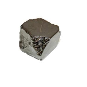 """Elite shungite, ook wel Edel Shungitegenoemd, is zeer verschillend van het 'standaard' shungite:– Elite bevat veel meer fullerenen en koolstof (98%)– normaal Shungite bevat C60 fullereen (0,5-1%) en elite shungite C70 (90-98%)– Elite Shungitegeeft geen of weinig kool-stof af– Elite Shungite is gemiddeld 10 maal sterker of anders gezegd: 10x minder volume nodig dan """"de gewone"""" ShungiteNeutraliseertelektromagnetische stralingVersterkt het immuunsysteemExtreem water en lucht zuiverendAnti-bacterieelAbsorbeert letterlijk negatieve energiezorgt voormeer innerlijke rust.Verlicht pijnKalmeert het zenuwgestelRustgevend bij stress en depressiesHelpt bij het sneller verwerken van trauma'sSterke anti-oxidantEnergetisch reinigend van ruimtesZeer aardend (stimuleert 1ste chakra)Balanceert de aura – werkt in op de emotioneel, mentaal en spiritueel lichaamElite Shungite kun je bijvoorbeeld bij je dragen in de broekzak of naast de computer leggen. Elite Shungite is in tegenstelling tot gewone Shungite niet geschikt voor het filteren van water. Dit wordt op bepaalde sites wel gesuggereerd maar is absoluut niet waar. De Elite Shungite is zo hard en zo compact dat het de schadelijke oxidanten en de bacterieën niet in zich op kan nemen. De gewone Shungtie is veel poreuzer en heeft een andere structuur daardoor kan deze het water zuiveren en filteren. Elite Shungite wordt gebruikt voor zijn bovenstaande eigenschappen!De steen die u op de foto ziet heeft een omtrek van bijna 10 cm"""