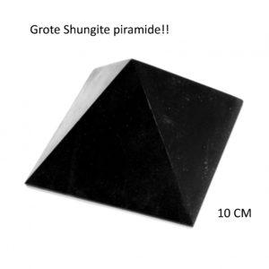 Deze grote Shungite piramide is een absolute krachtpatser! Zet hem in jouw kamer en de steen zuivert de ruimte van zowel straling als negatieve energie. De hele ruimte wordt gezuiverd en jij zult je sterker en krachtiger gaan voelen. Deze steen helpt om te aarden, voert overtollige energie af die je bij je draagt en is fantastisch voor mensen die hyper gevoelig zijn. Deze piramide geeft rust en helpt bij het verwerken van lastige emoties. Zet deze maar eens op de plexus solarus en voel de aarding die er dan komt! Echt top. Ook voor mensen die last hebben van geopatische belasting. Wordt in 1x afgevoerd. Sommige mensen voelen dit direct. Niet voor niets worden er in Rusland hele Shungite kamers ingericht waarin mensen hun traumatische ervaringen en depressies sneller los kunnen laten. Voel maar eens goed of deze piramide jou misschien wel roept…… Wij sturen hem met liefde naar je toe! Slechts 3 stuks op voorraad De zijvlaken hebben een afmeting van wel 10 CM